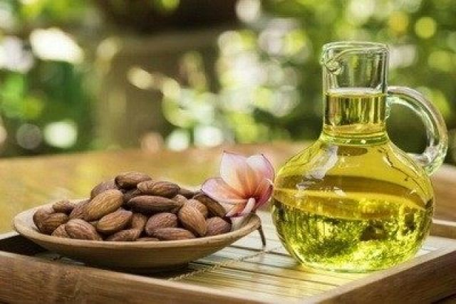 Bademovo ulje (ulje iz koštica badema) je prirodno ulje sa mnogo dobrobiti